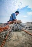 Grimpeur de corde placé sur le visage de roche Photo libre de droits