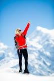 Grimpeur de femme parlant sur le succès de montagnes de téléphone Photographie stock