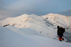 Grimpeur de montagne dans la neige profonde Images stock