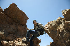 Grimpeur de montagne entre deux roches Photo stock