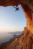 Grimpeur de roche au coucher du soleil Image libre de droits