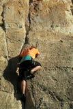 Grimpeur de roche avec la corde photos stock