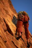 Grimpeur de roche dans l'action Photo libre de droits