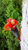 Grimpeur de roche dans les Alpes suisses Photo libre de droits