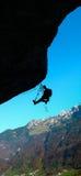 Grimpeur de roche dans les Alpes suisses Photographie stock libre de droits