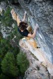 Grimpeur de roche montant une falaise provocante S'élever extrême de sport Liberté, risque, défi, succès Sport et active image stock