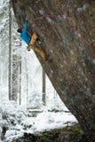 Grimpeur de roche s'attachant à une falaise S'élever extrême Sports d'hiver uniques Nature scandinave photographie stock