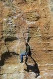 Grimpeur de roche sur la corde photos libres de droits