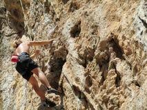 Grimpeur de roche sur la falaise photographie stock