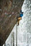 Grimpeur de roche sur une montée provocante S'élever extrême Sports d'hiver uniques Nature scandinave images stock