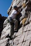Grimpeur de roche vers le haut de mur   Image libre de droits