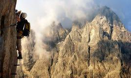 Grimpeur dessus par l'intermédiaire de ferrata ou de klettersteig en Italie Photographie stock