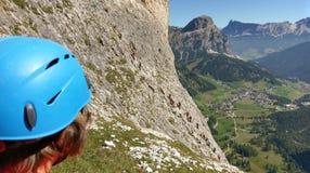 Grimpeur dessus par l'intermédiaire de ferratta Tridentia Photographie stock libre de droits