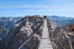 Grimpeur disposant à passer la passerelle de Ponte Cristalo Photographie stock libre de droits