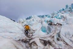 Grimpeur en glacier dans Skaftafell, Islande Photographie stock libre de droits