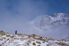 Grimpeur en montagnes Photographie stock libre de droits