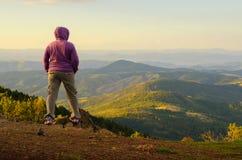 Grimpeur féminin appréciant la vue à partir du dessus de montagne Images libres de droits