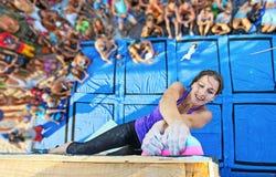 Grimpeur féminin participant en concurrence photo stock