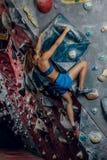 Grimpeur féminin S'élever d'intérieur extrême photographie stock libre de droits