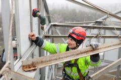 Grimpeur industriel sur une construction en métal Photo libre de droits