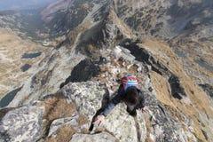 Grimpeur sur la montagne photo stock