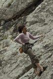 Grimpeur sur la roche Photographie stock libre de droits