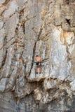 Grimpeur sur la roche de Sistiana, Trieste Photos stock