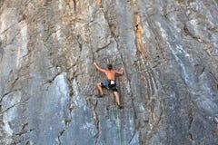 Grimpeur sur la roche de Sistiana, Trieste Photo stock