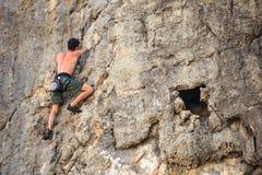 Grimpeur sur la roche de Sistiana, Trieste Photographie stock libre de droits