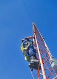 Grimpeur sur la tour d'antenne photo libre de droits