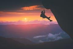 Grimpeur sur le fond de coucher du soleil Stylisation d'Instagram Image stock