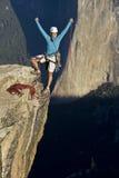 Grimpeur sur le sommet. Photo libre de droits