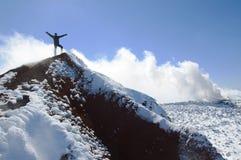 Grimpeur sur le sommet du volcan d'Avacha Image libre de droits