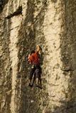 Grimpeur sur un mur de roche, fin vers le haut Images libres de droits