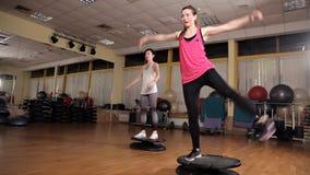 Grimpeurs aérobies d'escalier de classes d'entraîneur féminin au centre de fitness Sports et concept de sant? banque de vidéos
