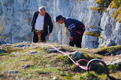 Grimpeurs de montagne aînés Images libres de droits