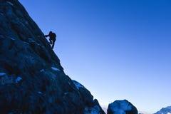 Grimpeurs de roche au sommet Photographie stock libre de droits