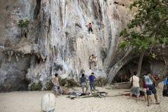 Grimpeurs de roche escaladant le mur sur la plage de Phra Nang Photographie stock libre de droits