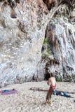 Grimpeurs de roche sur la plage de Railay Photos stock