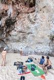 Grimpeurs et touristes de roche sur la plage de Railay Photos libres de droits