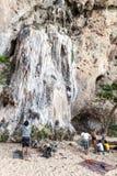 Grimpeurs et touristes de roche sur la plage de Railay Photos stock