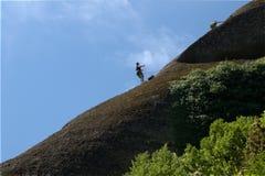 Grimpeurs grecs de falaises de roche de montagne de meteora Photos stock