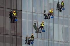 Grimpeurs industriels lavant des fenêtres en Roumanie photographie stock libre de droits