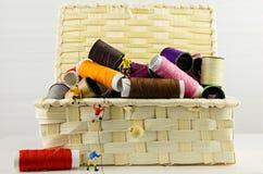 Grimpeurs miniatures sur des bobines des fils Images libres de droits
