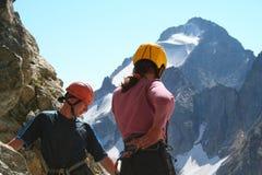 grimpeurs regardant vers le bas deux Photographie stock libre de droits