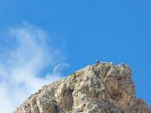 Grimpeurs sur un sommet avec la lune Image libre de droits