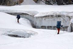 Grimpeurs trouvant la voie entre les crevasses, Himalaya Image stock