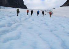Grimpeuses de personnes, sommet s'élevant de neige, crêtes de montagne rocheuse et glacier en Norvège Photos stock