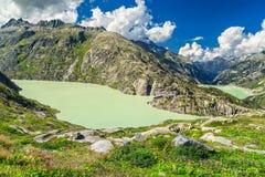 Grimselpass com lagos e montanhas altas, lago Grimselsee, Suíça, Europa Fotografia de Stock Royalty Free