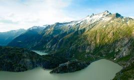 Grimselpass e lago Grimselsee nelle alpi svizzere Fotografia Stock